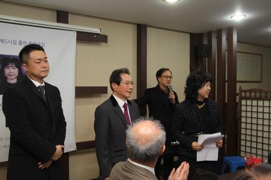 가족 동시영(우측) 시인, 황진수(중앙) 한성대 명예교수, 아들(우측) 가족 모습