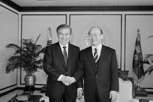 1988년 1월 5일, 전두환 당시 대통령이 노태우 차기 대통령의 예방을 받고 새해 인사를 나누며 악수하고 있다.