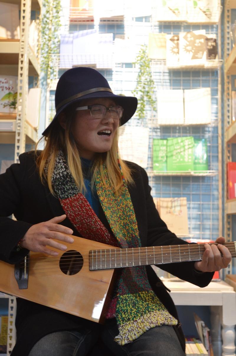 노래하는 수수 전북 전주 남부시장 청년몰 안에 있는 토닥토닥 책방(책방지기 김선경)에서 수수가 노래를 부르고 있다