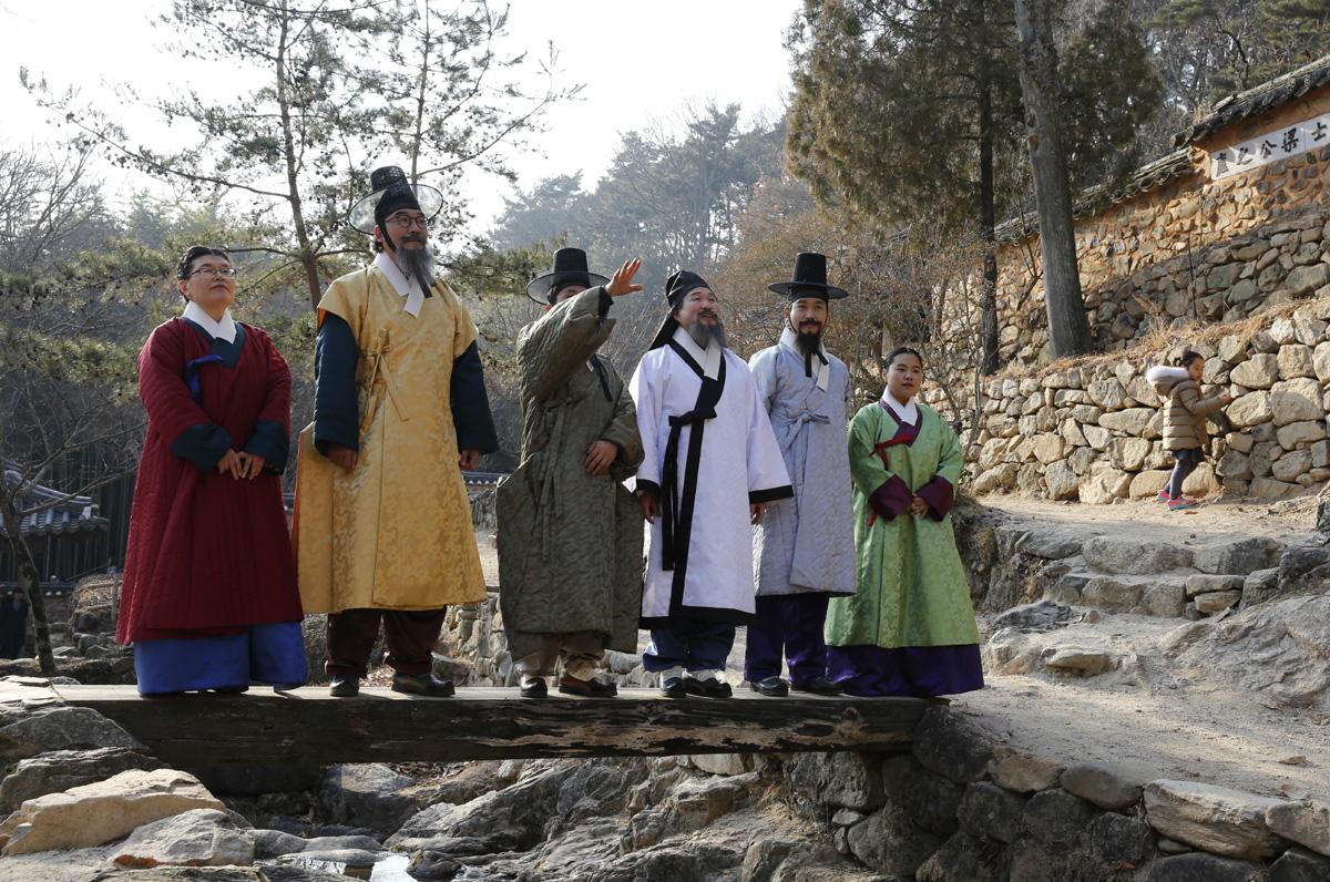 대한민국 테마여행 10선 기획사업의 하나로 진행된 '소쇄처사 양산보와 함께 걷는 소쇄원' 체험 프로그램 참가자들이 나무다리에 서서 뒷산의 모양에 대해 얘기를 나누고 있다. 지난 12월 23일 오후다.