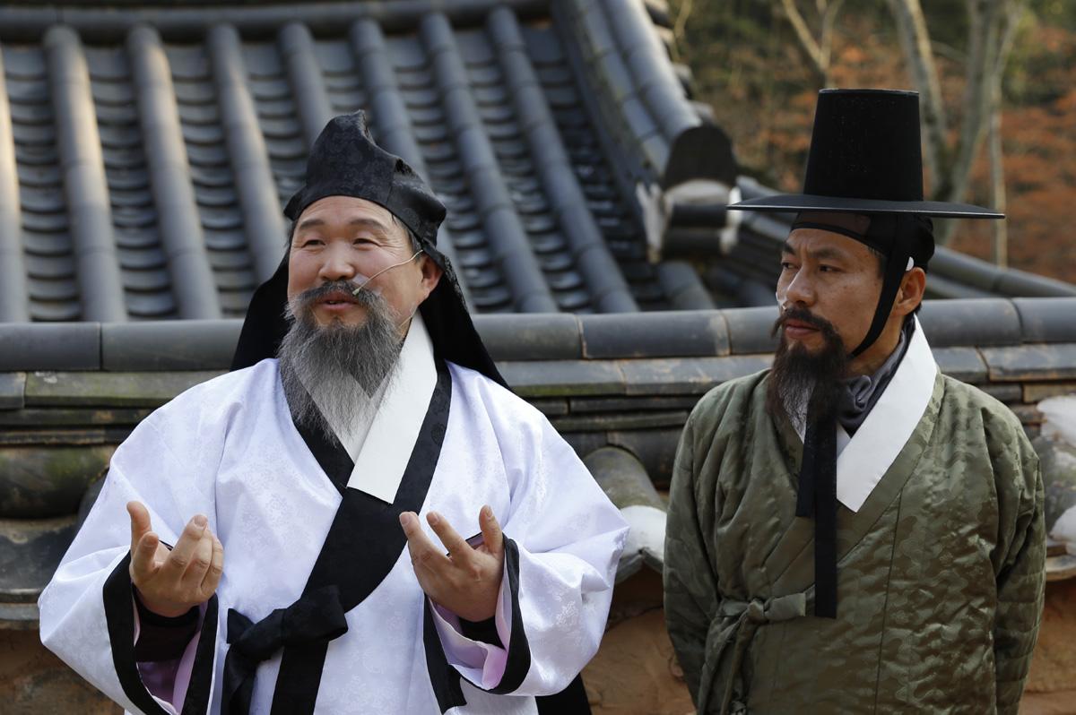 지난 12월 23일 열린 '소쇄처사 양산보와 함께 걷는 소쇄원'을 이끈 강기욱 처사(왼쪽)와 정찬일 배우(오른쪽). 강 처사는 소쇄처사 양산보로, 정 배우는 하서 김인후의 역할을 맡았다.