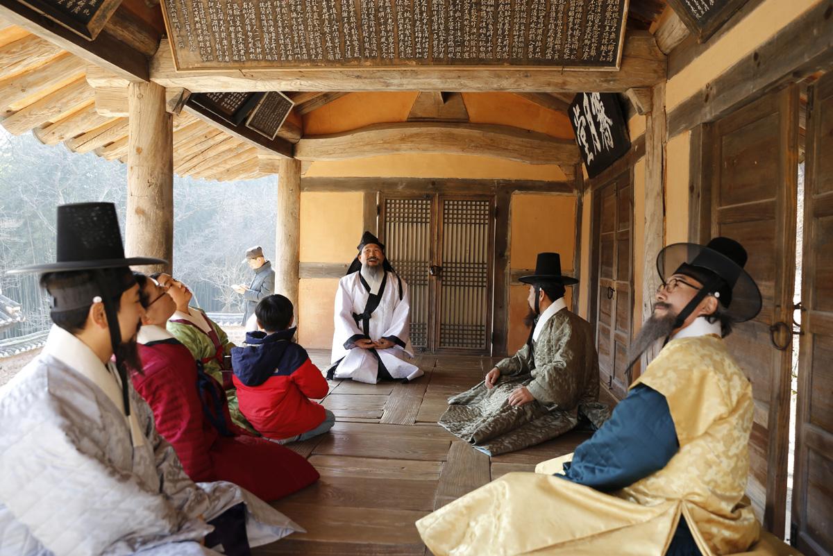 '소쇄처사 양산보와 함께 걷는 소쇄원' 체험 프로그램 참가자들이 제월당 마루에 앉아서 편액에 대해 이야기하고 있다. 지난 12월 23일 오후다.