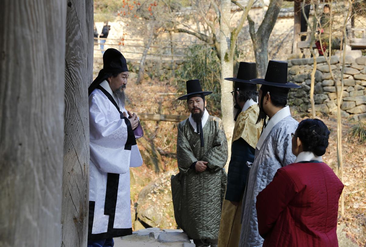'소쇄처사 양산보와 함께 걷는 소쇄원' 프로그램에 참가한 여행객들이 광풍각 앞에서 소쇄처사로 분한 강기욱 처사의 얘기를 듣고 있다. 지난 12월 23일 오후다.