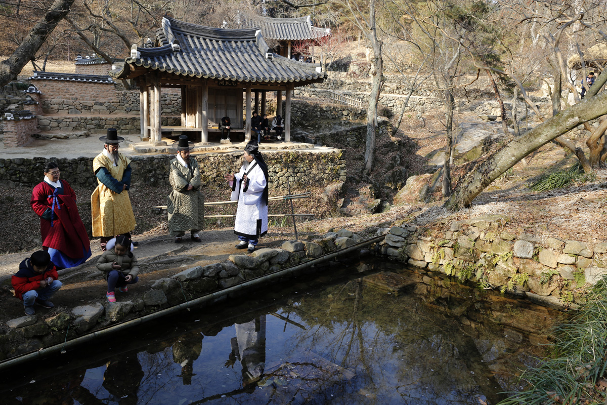 지난 12월 23일 오후 대한민국 테마여행 10선의 하나로 마련된 '소쇄처사 양산보와 함께 걷는 소쇄원' 프로그램에 참가한 여행객들이 대봉대 앞 연못가에 서서 얘기를 나누고 있다.