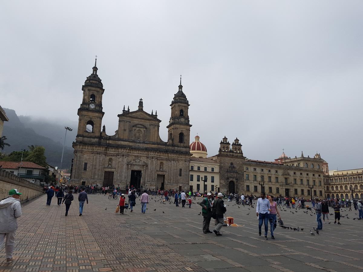 볼리바르광장 볼리바르 동상을 한 가운데 두고 국회의사당(Capitolio Nacional), 대성당(Catedral Primada), 시청사 등이 광장에 몰려있다.