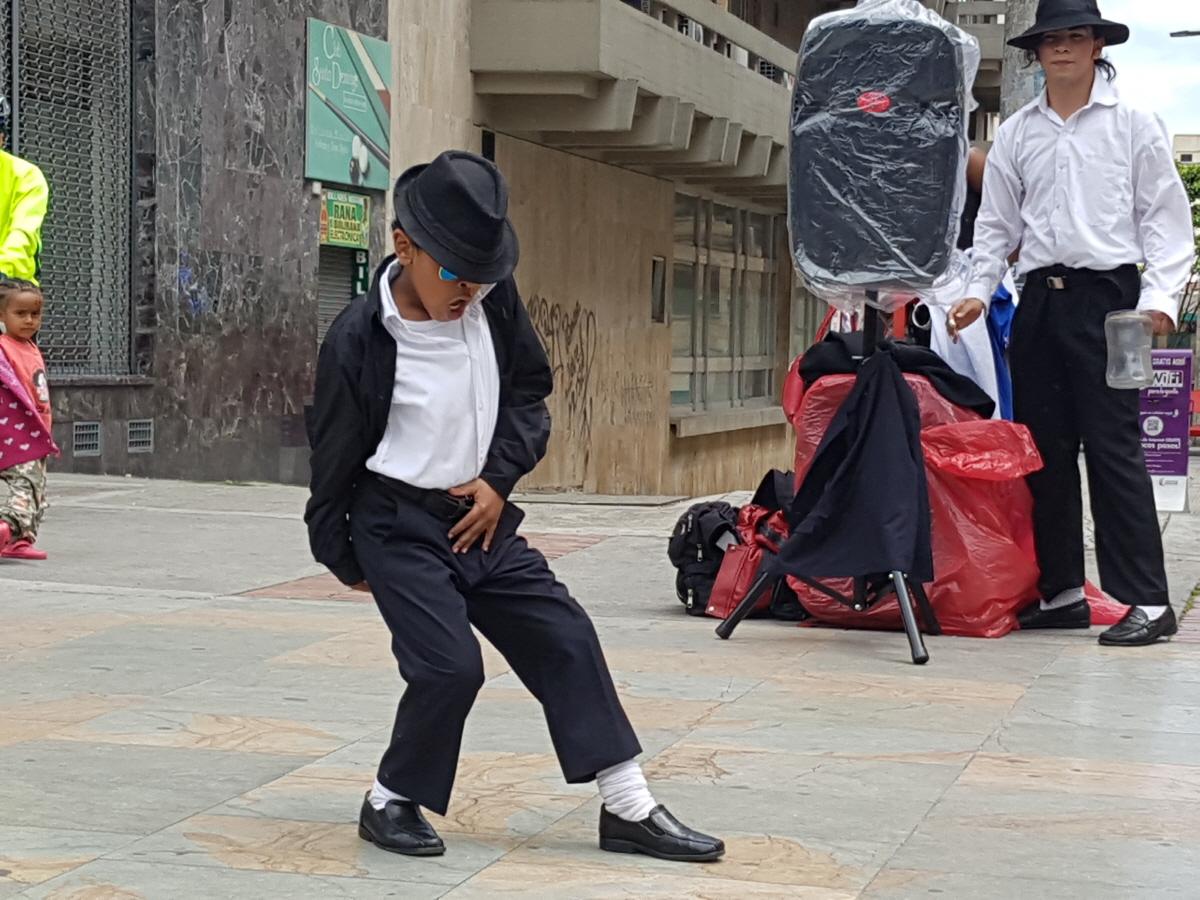 길거리 문화 콜롬비아 사람들은 문화와 예술을 사랑하고 열정이 뜨거운 민족이다. 보고타 다운타운에는 주말이 되면 수많은 예술적 퍼포먼스가 길거리에서 이루어지고 있다.
