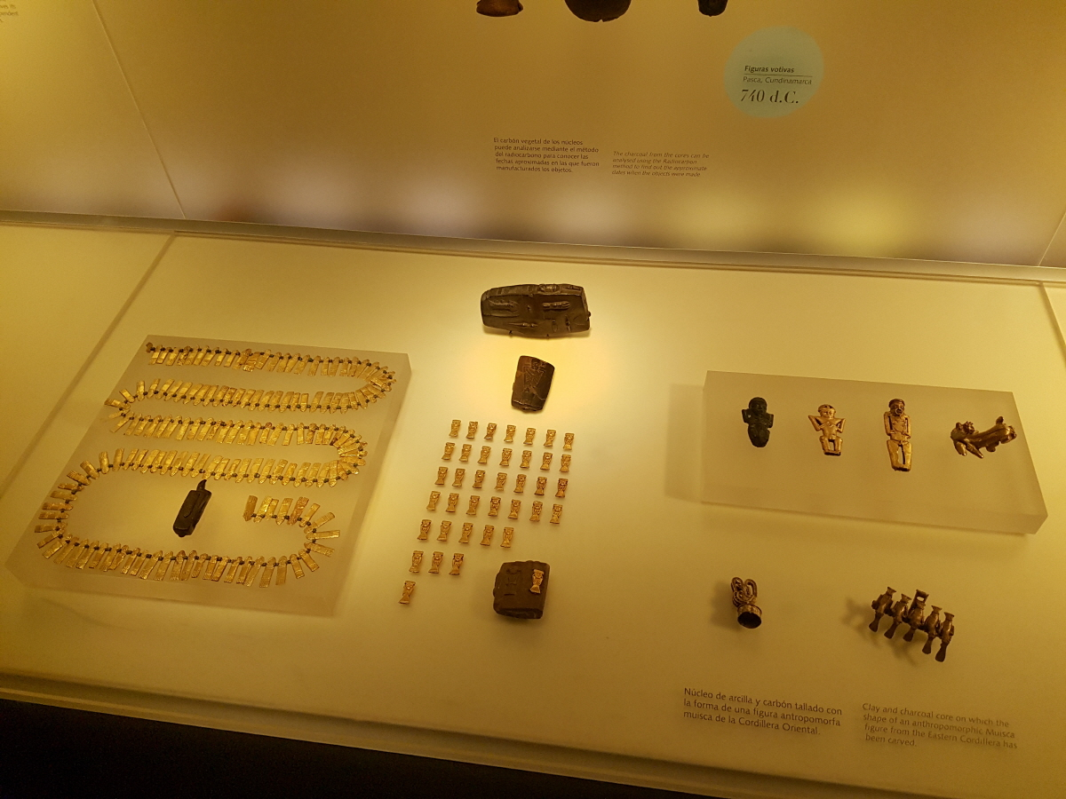 황금박물관 1968년에 개관된 황금박물관에는 현재 36,000여 점의 금과 합금세공품 및 25.000점의 도자기, 석기, 뼈 도구, 패각 등의 유물이 전시되고 있다.