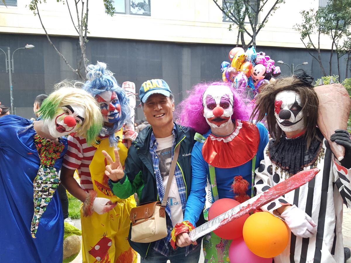 축구 퍼포먼스 보고타 다운타운에는 주말을 맞아 각종 고스프레를 한 축구애호가들이 모여들었다.