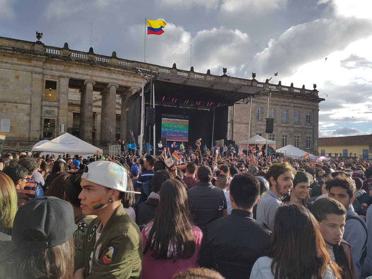 축구를 광적으로 좋아하는 콜롬비아사람들 매년 7월 2일은 콜롬비아에서 거의 축제날에 해당한다. 그날이 바로 1994년 자살골을 넣은 선수가 나이트클럽에서 살해당한 날인데, 그를 추모하기 위해서 모인다고 한다.