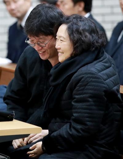 고 김근태 의장의 아내인 인재근 의원(오른쪽)이 29일 오전 서울 창동성당에서 열린 '민주주의자 고 김근태 선생 6주기' 추도 행사에서 아들 김병준 씨와 포옹하고 있다.