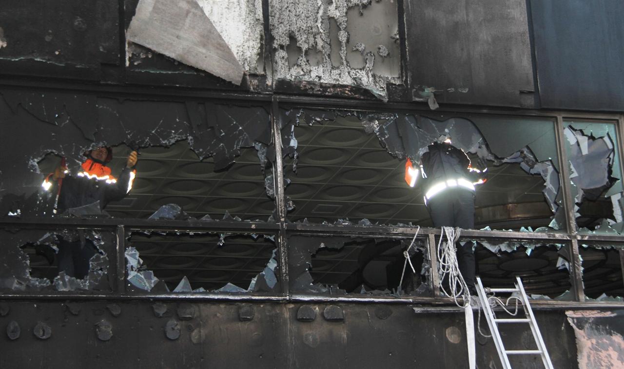 제천 화재 현장에서 소방 대원들이 2층 사우나 시설을 정비하고 있다.