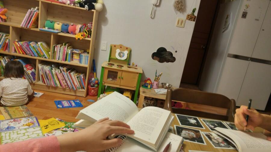 엄마, 아빠, 딸 모두 편히 책 읽는 시간. 함께 행복하다.