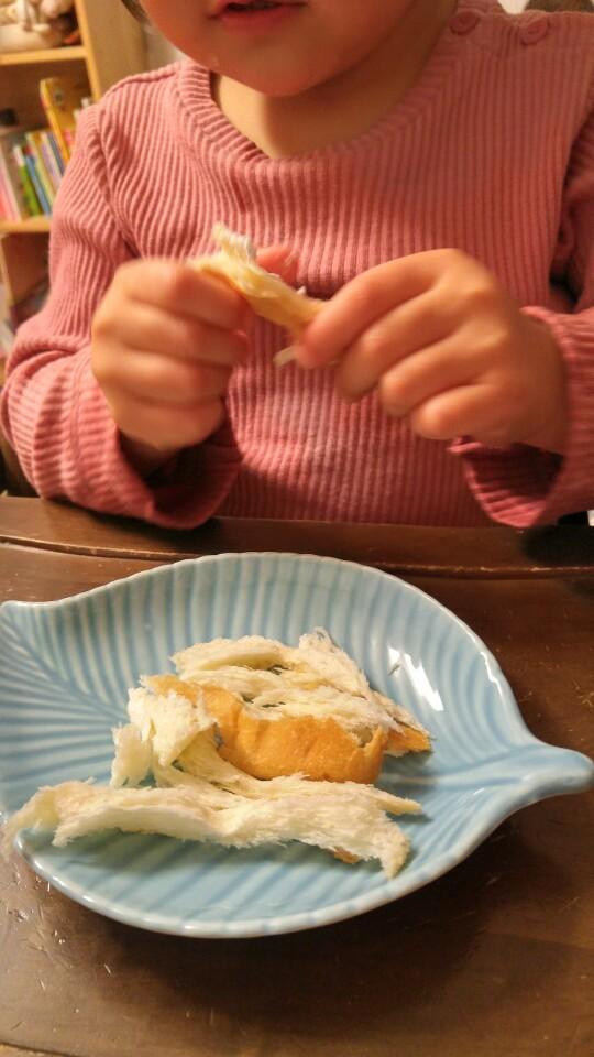 후식으로 빵을 먹는다. 살찌는 아이를 탓할 수 없다. 부모가 먹고 싶어 꺼낸 빵이었다.