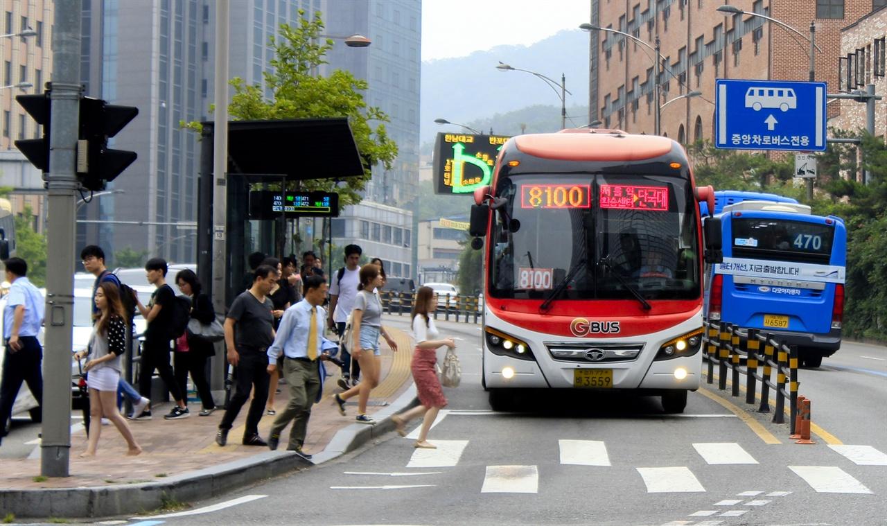 종로2가에서 종로 중앙버스전용차로에서 만나는 삼일대로 중앙버스전용차로. 여러 중앙버스전용차로가 종로를 기점으로 모인다.