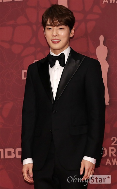 タキシードを着て微笑むキム・ジョンヒョン
