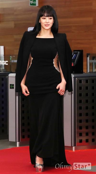 류현경, 허리라인 강조! 배우 류현경이 30일 오후 서울 상암동 MBC사옥에서 열린 <2017 MBC 연기대상> 포토월에서 입장하고 있다.