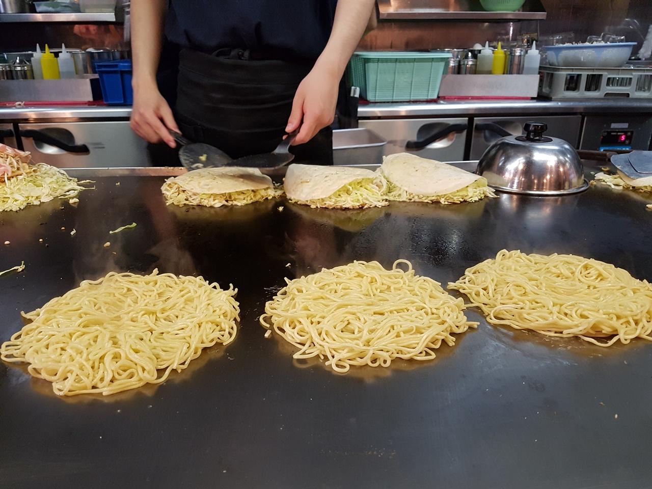 오꼬노미야끼를 굽는 철판 3-4미터정도의 대형 철판