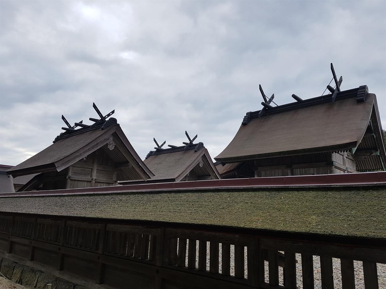 본전과 부속건물의 지붕 이색적인 일본전통 신사의 지붕