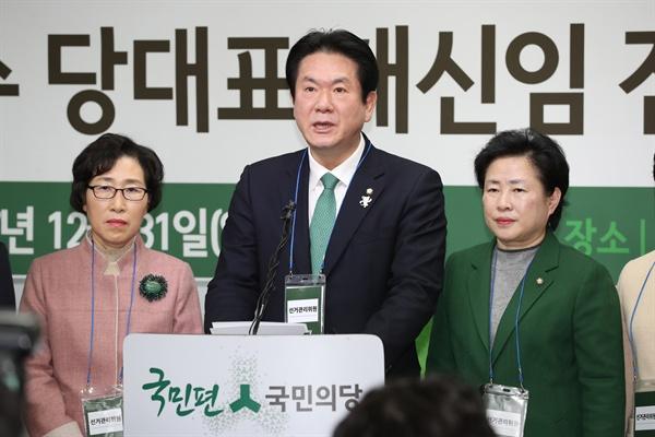 국민의당 이동섭 선관위원장(가운데)이 31일 오전 서울 여의도 중앙당사에서 안철수 당대표 재신임 전당원 투표 결과를 발표하고 있다.