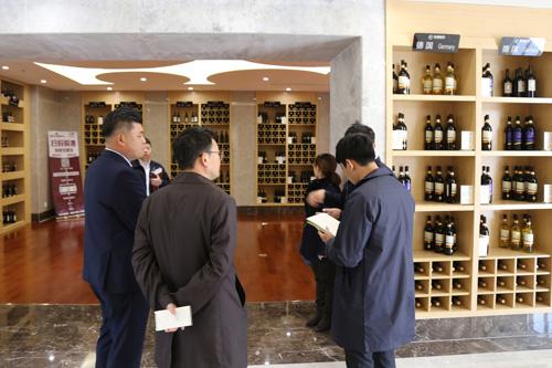 톈진신항 동장항 배후단지 국제상품전시판매센터 내 와인 전시장.