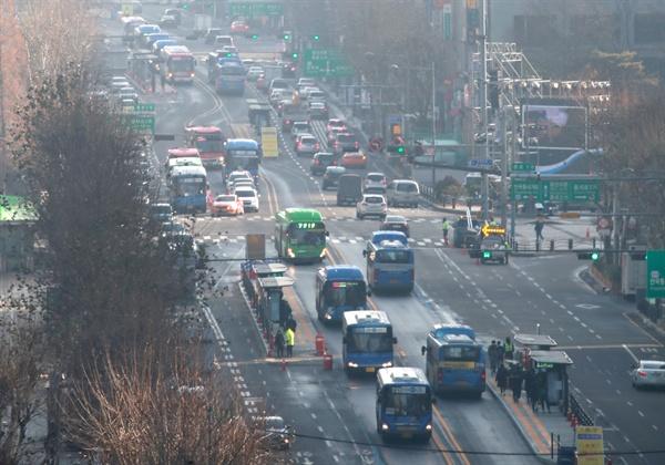 종로 중앙 버스전용차로 개통 31일 오전 개통된 서울 세종대로 사거리에서 동대문 교차로 구간을 잇는 종로중앙버스전용차로에서 버스들이 오가고 있다. 2017.12.31