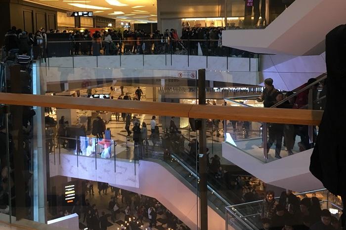 이날 IFC몰을 방문한 고객들이 연기가 자욱한 지하층에서 지상층으로 대피하고 있다.
