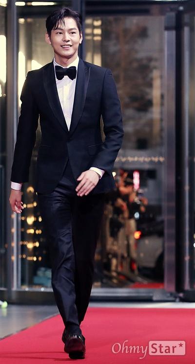 박선호, 기분좋은 씩씩함 배우 박선호가 31일 오후 서울 상암동 SBS프리즘타워에서 열린 <2017 SBS 연기대상> 레드카펫 및 포토월에서 입장하고 있다.