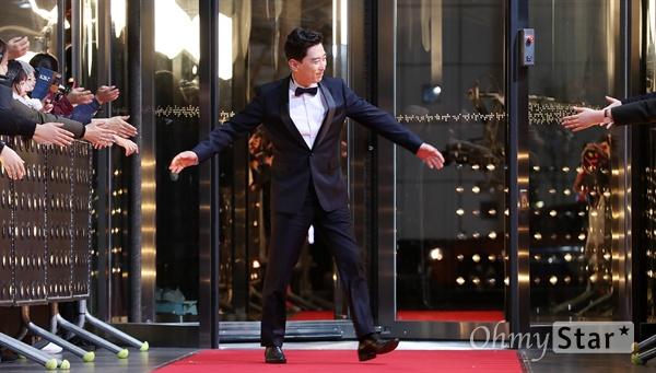 김원해, 바쁘다바뻐! 배우 김원해가 31일 오후 서울 상암동 SBS프리즘타워에서 열린 <2017 SBS 연기대상> 레드카펫 및 포토월에서 팬들과 인사를 나누고 있다.