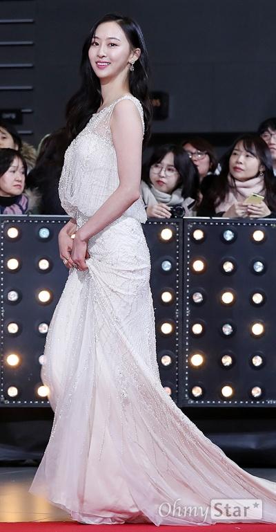김다솜, 연기자로 레드카펫! 배우 김다솜이 31일 오후 서울 상암동 SBS프리즘타워에서 열린 <2017 SBS 연기대상> 레드카펫 및 포토월에서 입장하고 있다.