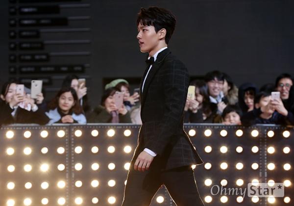 여진구, 누나들 사로잡는 여배우! 배우 여진구가 31일 오후 서울 상암동 SBS프리즘타워에서 열린 <2017 SBS 연기대상> 레드카펫 및 포토월에서 입장하고 있다.