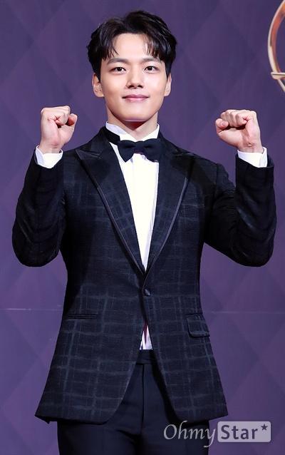 여진구, 화이팅 넘치는 여배우! 배우 여진구가 31일 오후 서울 상암동 SBS프리즘타워에서 열린 <2017 SBS 연기대상> 레드카펫 및 포토월에서 포즈를 취하고 있다.