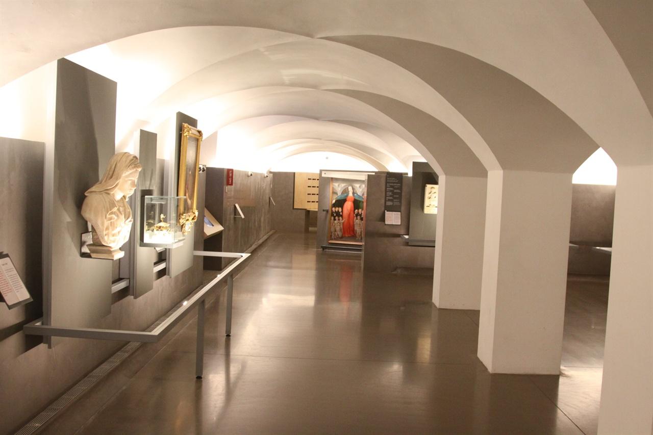 인노첸티 보육원 내부 천장의 디자인이 이채롭다