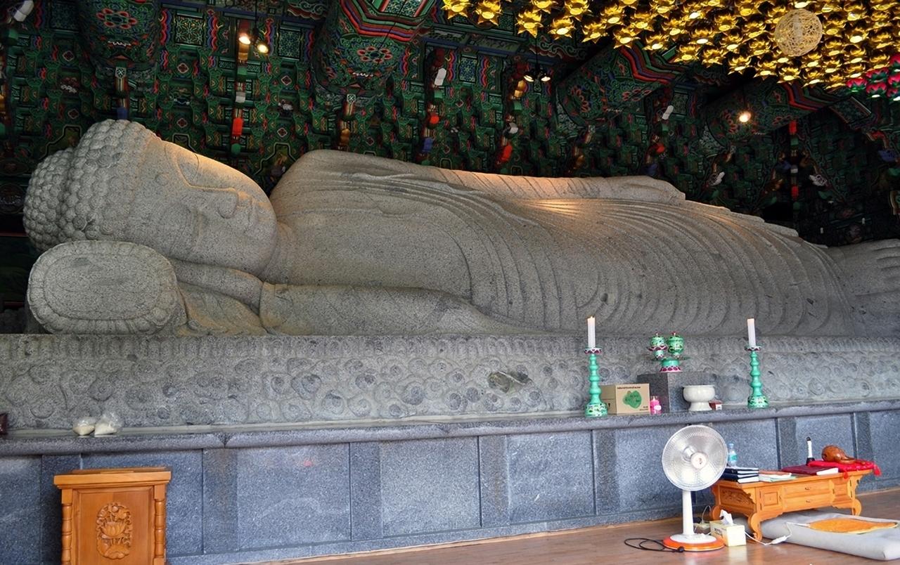 새해를 맞아 많은 사람들이 찾아와 소원을 빌다보니 부처님도 피곤하시겠다.