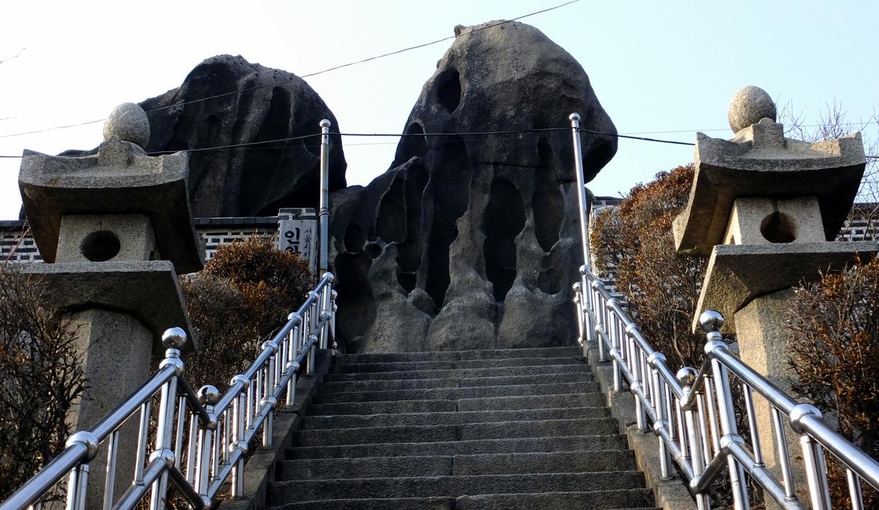 인왕산의 명당 기도처 선바위.