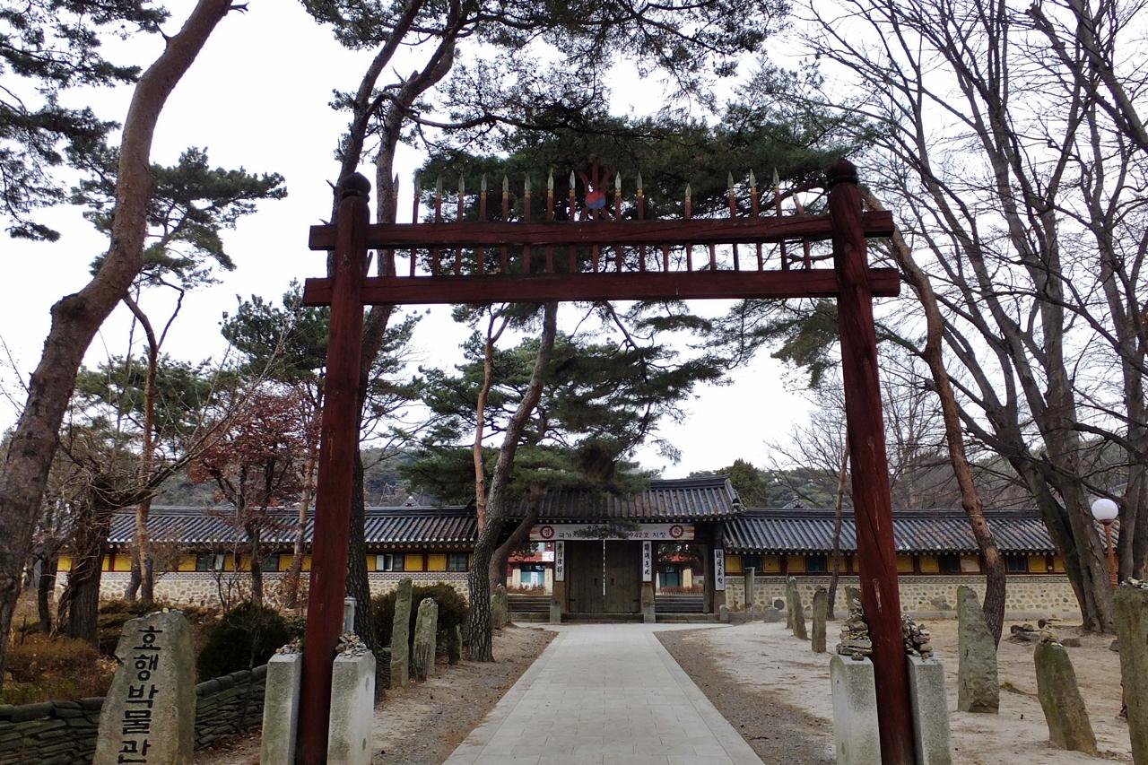 경건함을 더하는 붉은 홍살문이 서있는 절, 용주사.