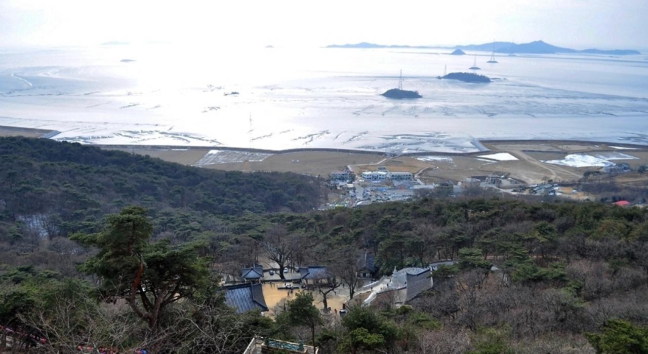 보문사 마애불 가는 계단길에 보이는 서해바다.