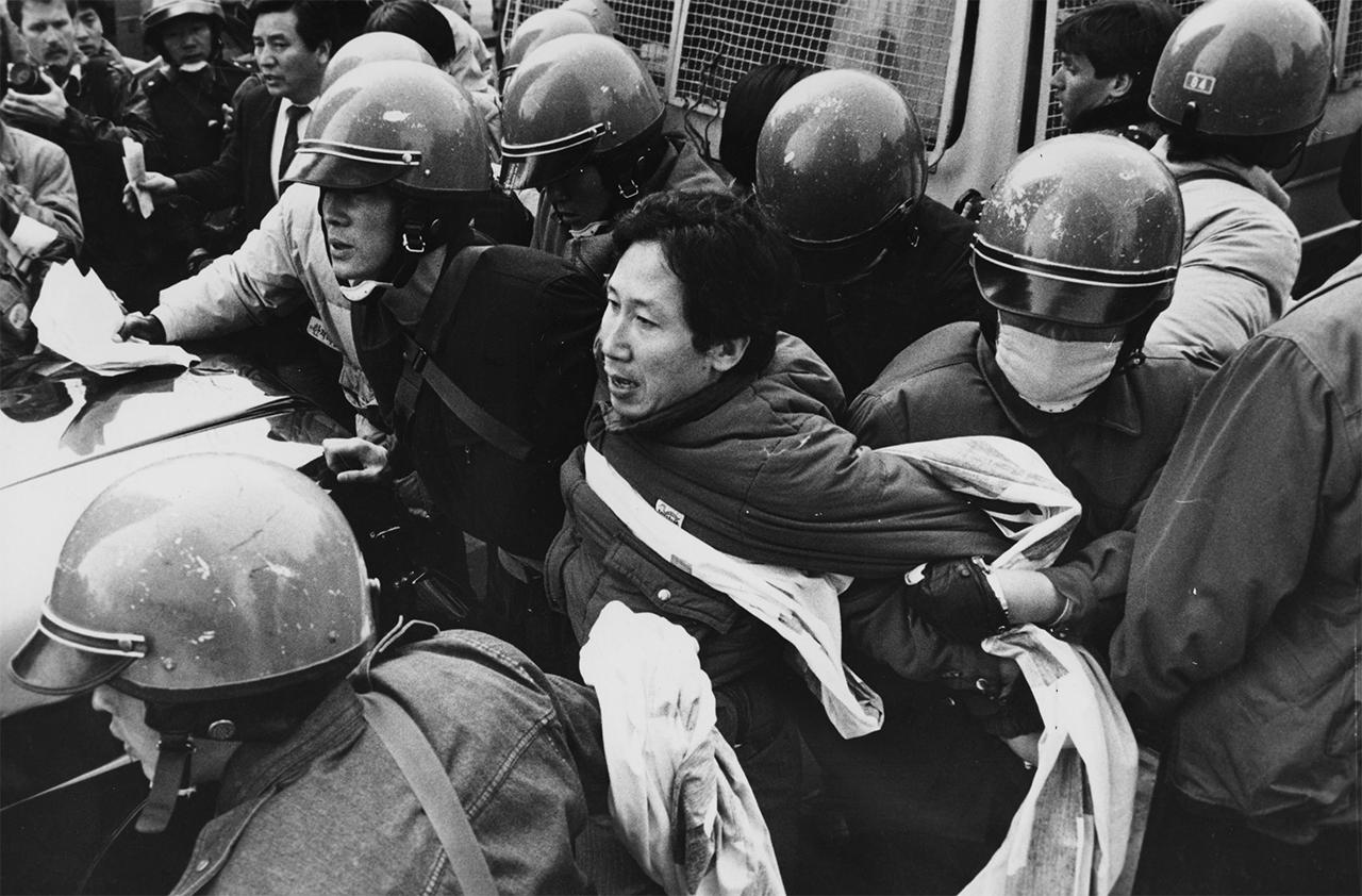 김근태는 고문을 이겨내고 이후에도 투쟁을 멈추지 않았다. 사진은 1992년 1월 미대통령 방한 반대 시위 당시 연행되는 모습