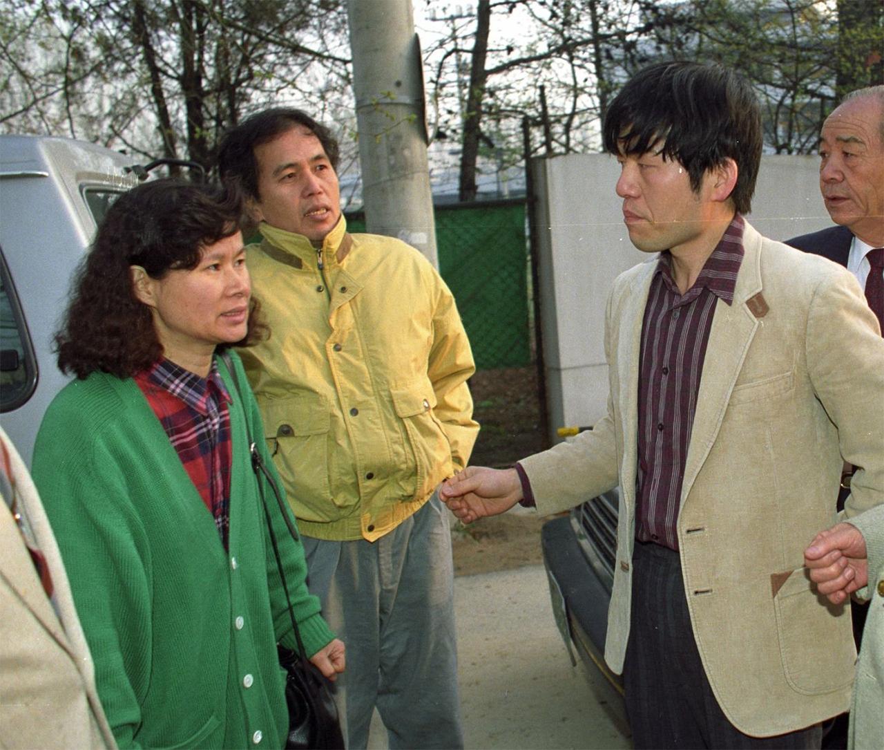 권형택(오른쪽)이 1990년 전민련 활동으로 투옥된 뒤 출감하는 모습. 부인 황인숙이 그를 마중하고 있다