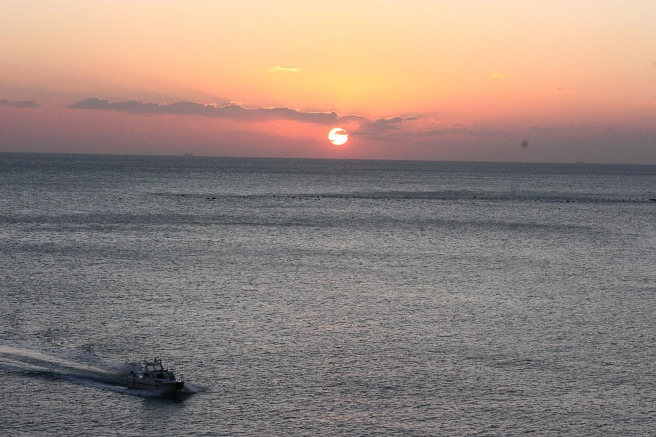 2018년 첫해가 떠오르는 가운데 바다 위를 달리는 어선의 모습이 생동감 넘친다.