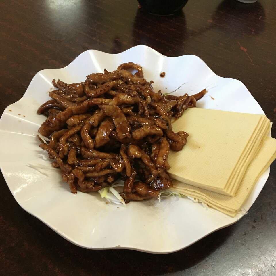 북경에 와서 가장 맛있게 먹고 있는 경장육사. 만두피와 함께 싸먹으면 예술이다.