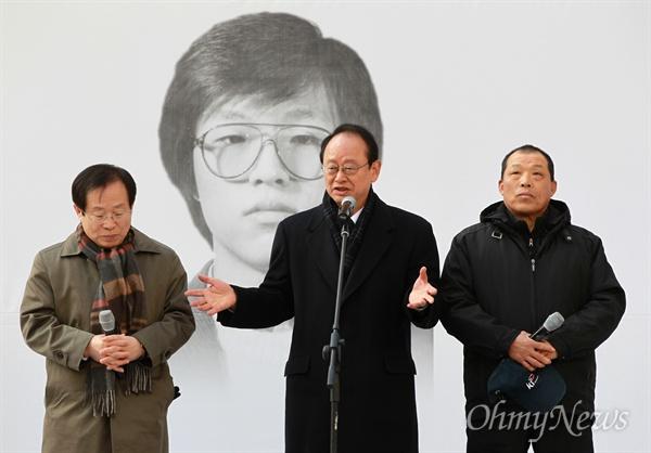 얼굴 드러낸 '박종철 고문 치사' 세상에 알린 숨은 주역들 14일 오후 서울 남영동 대공분실(현 경찰청 인권센터)에서 열린 고 박종철 열사 25주기 추도식에서 87년 당시 영등포교도소에 복역하던 이부영 전 열린우리당 의장이 고인의 고문 치사 사건 축소은폐 시도를 제보하고, 외부로 알리는데 결정적인 역할을 했던 당시 안유 보안계장(왼쪽)과 한재동 교도관(오른쪽)을 소개하고 있다.