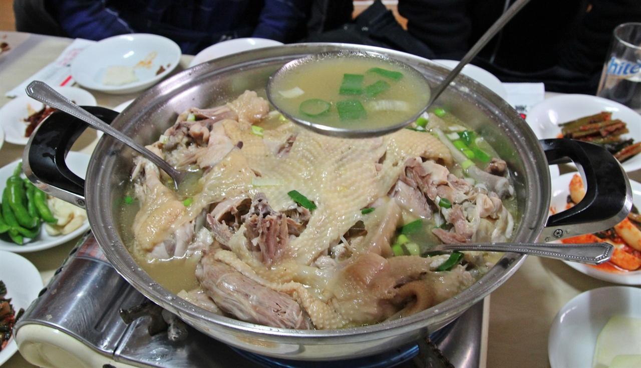 월오황토가의 토종닭 백숙이다.