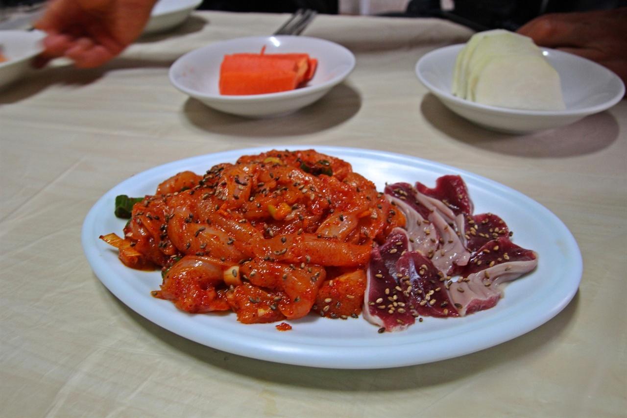 닭 건위와 닭 가슴살 부위로 만든 닭 육회다.