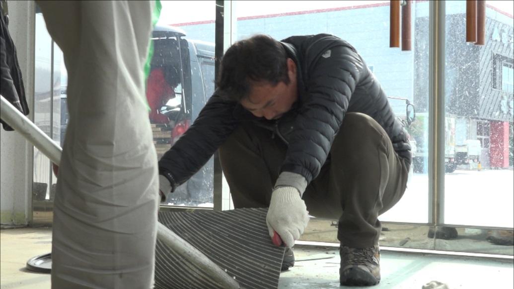 '금강 요정'으로 불리는 김종술 시민기자가 취재비를 마련하려고 타일 붙이는 아르바이트를 하는 모습.