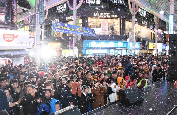 2017년 12월 24일 울산 중구 원도심에서 열린 제12회 중구눈꽃축제모습. 전통적으로 보수성향이 강한 이곳에서는 촛불집회 이후 어떤 변화가 있을까?