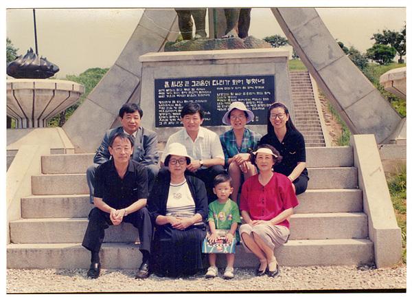 돌산대교 준공탑 앞에서 가족과 함께 기념촬영한 이환희 여사( 앞줄 왼쪽에서 두번째). 돌산대교 준공기념탑에 있는 시는 시인이자 국문학자인 박상천 교수의 작품이다. 박상천 교수의 작품을 기리기 위해 가족들이 기념촬영한 사진이다.