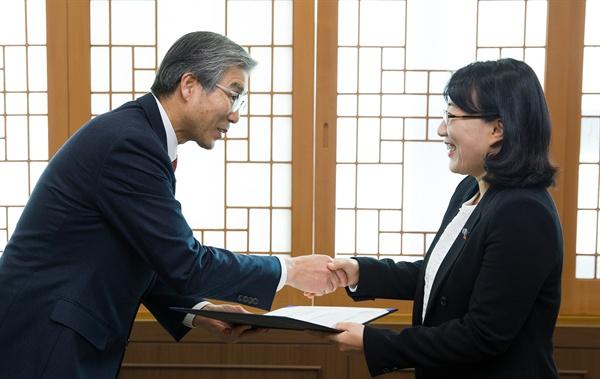 김남경 경남과기대 총장(왼쪽) 이정림 사무관에게 임명장을 수여하고 있다.