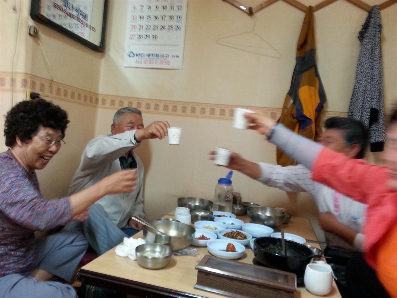 2014년 광주고등법원에서 무죄가 확정된 뒤 건배를 하는 가족들. 왼쪽이 부인 김인근, 그 옆이 김용담씨이다.