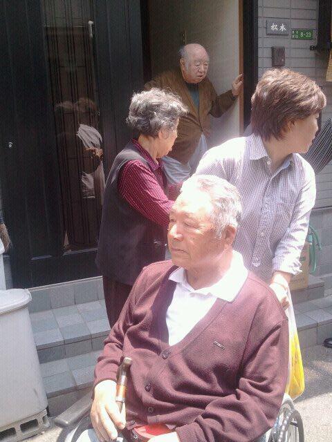 김용담 씨가 강봉웅 씨와 헤어지며 인사하고 있다. 그는 이렇게 휠체어를 타고 다니며 자신의 진실과 싸웠다.