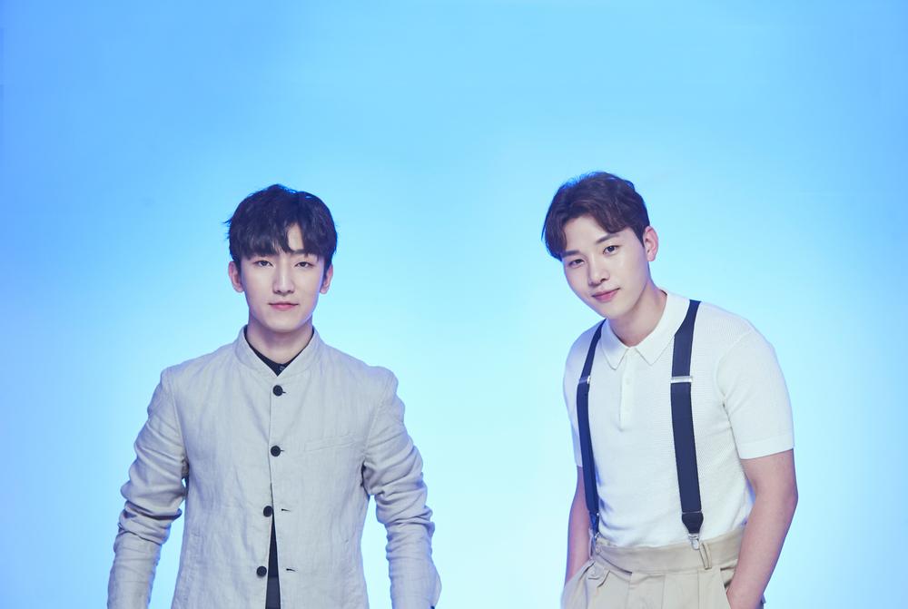 정동환(사진 좌측, 피아노) ,김민석(보컬)으로 구성된 듀엣 멜로망스
